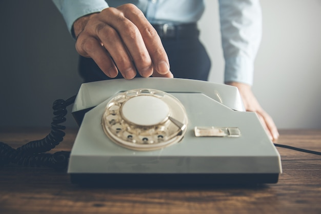 Mann hand vintage telefon