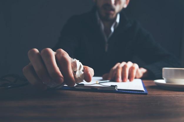 Mann hand zerknittertes papier