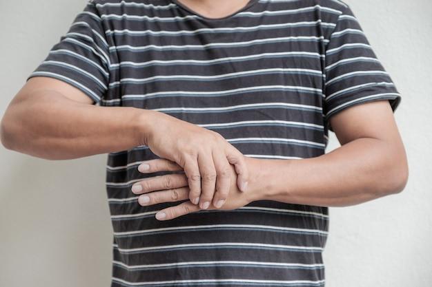 Mann handmassage physiotherapie seite ist wund guillainbarre syndrom eine nebenwirkung covid impfung