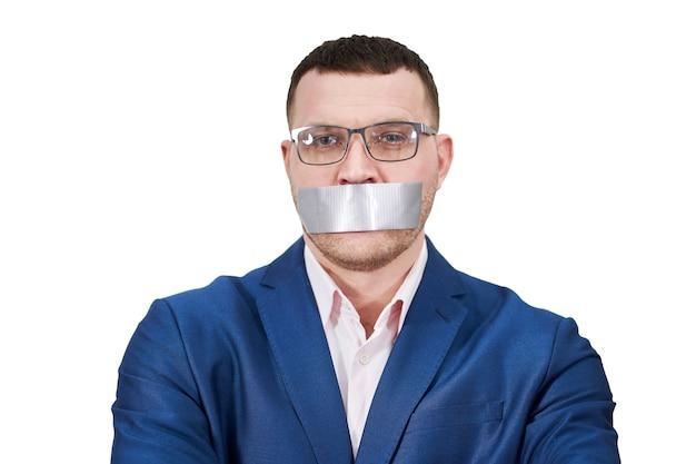 Mann hat ein großes stück schwarzes industrieband, das seinen mund bedeckt, schweigekonzept, isoliert