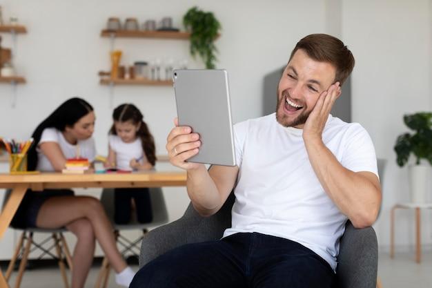 Mann hat einen videoanruf mit seiner familie