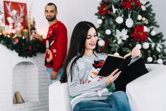Mann hinter Frau mit Buch