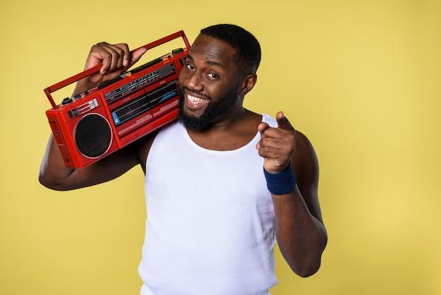 Mann hört die musik mit einer alten stereoanlage und tanzt
