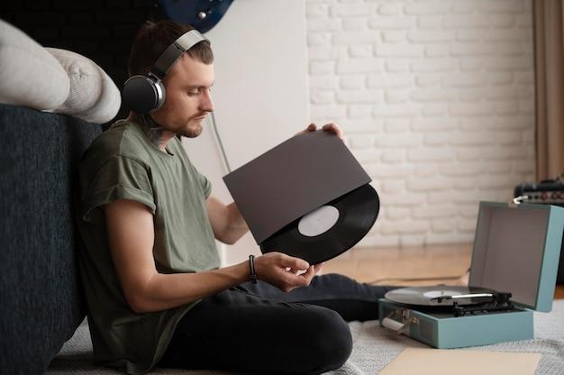 Mann hört in seiner freizeit etwas musik über kopfhörer