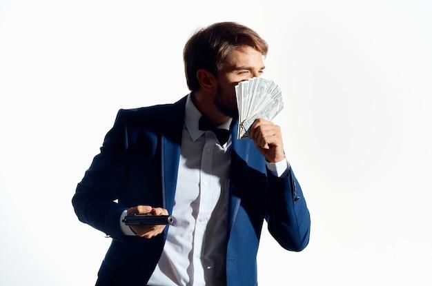 Mann im anzug finanziert erfolg heller hintergrund