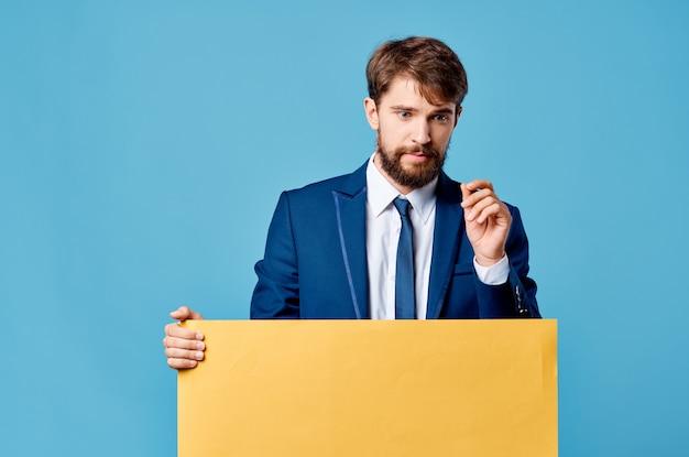 Mann im anzug gelber mocap-plakatwerbebeamter.