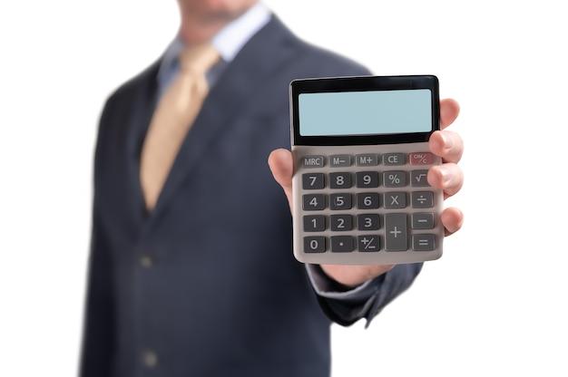 Mann im anzug geschäftsmann zeigt taschenrechner mit leerem display-modell. geschäftsmann zeigt rechner mit leerem anzeigemodell. isoliert auf weiß. profitables angebot von einer bank. darlehen, hypothek, kaution