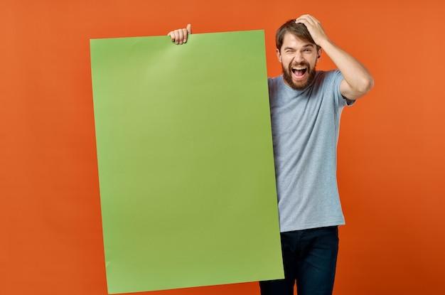 Mann im anzug hält ein großes blatt papier vor sich