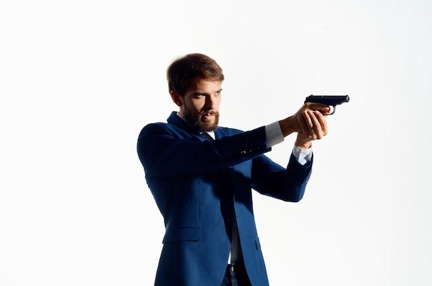 Mann im anzug hält pistole gefahr gangster mord isoliert