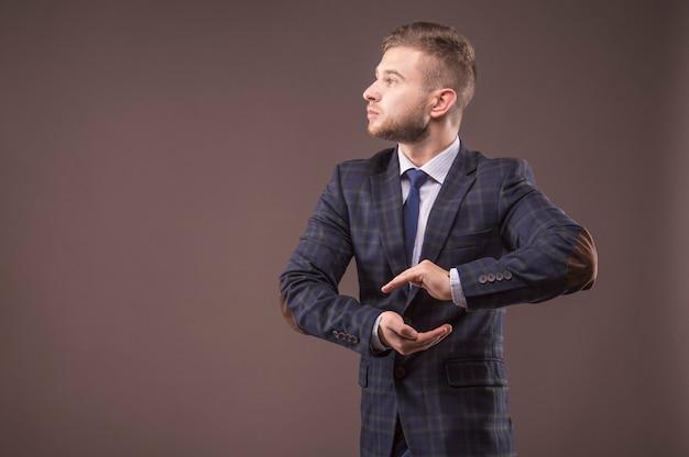 Mann im anzug hat aus seinen händen eine kugel geformt
