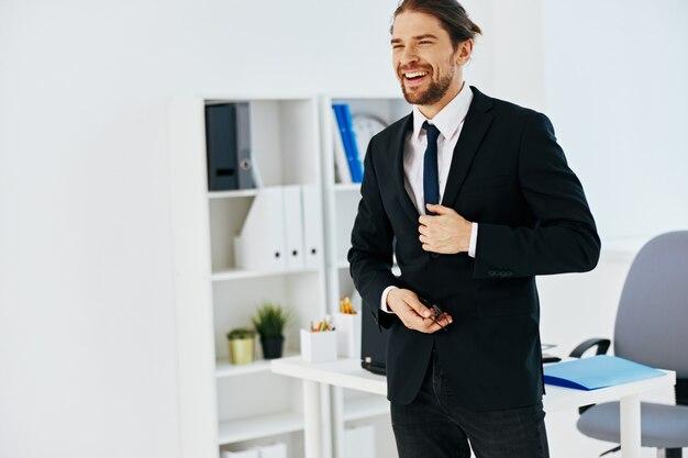Mann im anzug im büro mit dokumententechnologien. foto in hoher qualität