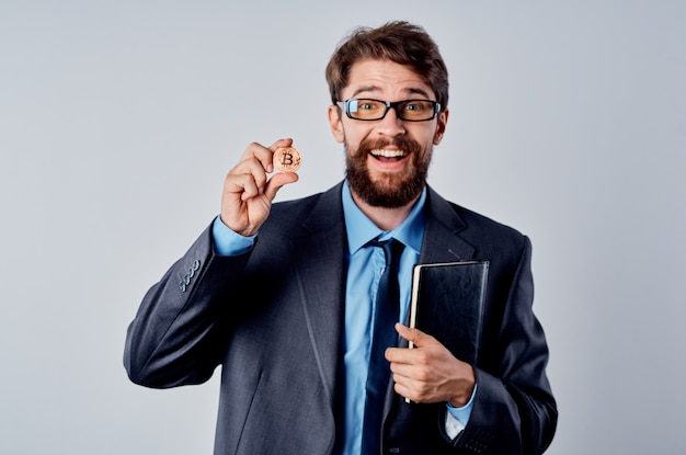 Mann im anzug mit krawatte kryptowährung e-geld-wirtschaft
