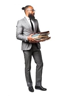 Mann im anzug mit mehreren ordnern