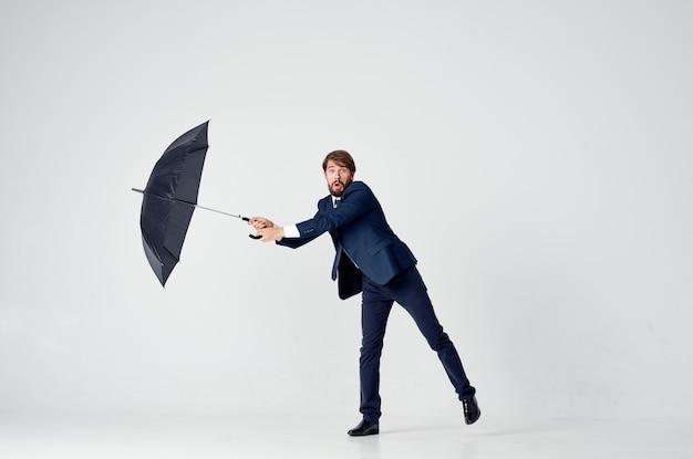 Mann im anzug mit regenschirm emotionen schutz vor regen
