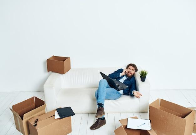 Mann im anzug packt dinge emotionen bürotechnik lifestyle-arbeit an einem neuen ort aus