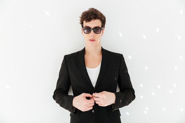 Mann im anzug posiert