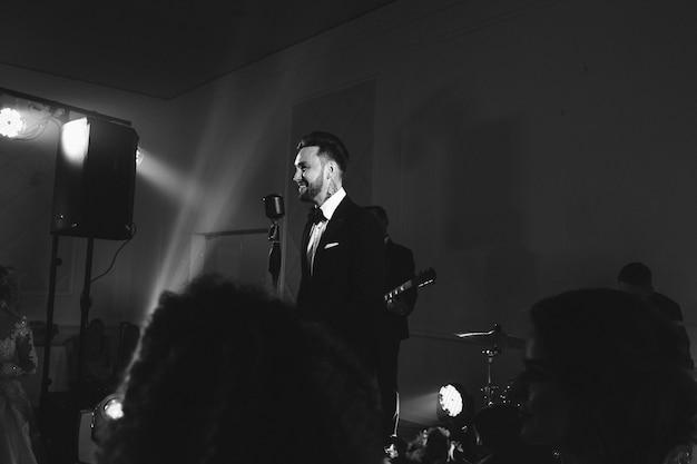 Mann im anzug singt auf der bühne
