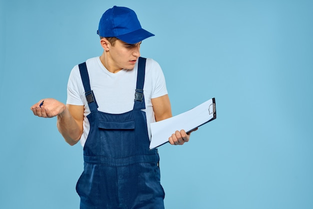 Mann im arbeitsuniformzustellungskurier, der dienstleistungen zur professionellen arbeit anbietet