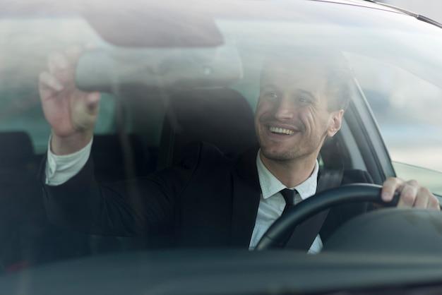 Mann im auto, das selfie nimmt