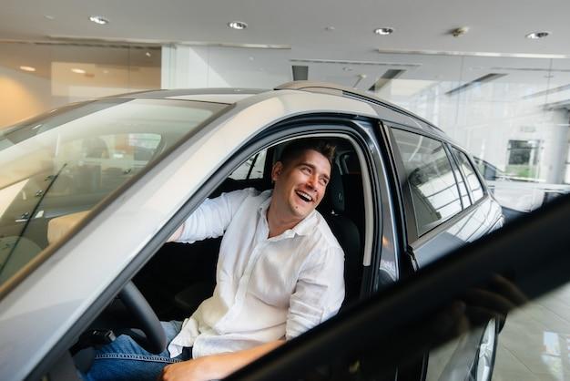 Mann im autohaus