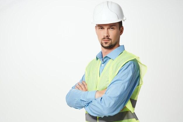 Mann im bau einheitlichen schutz arbeitenden beruf isolierten hintergrund