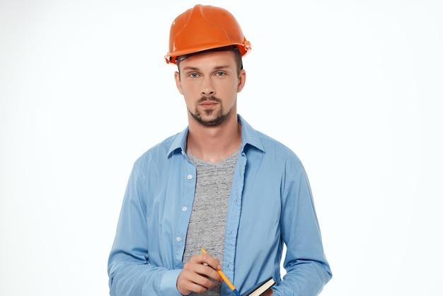 Mann im bauuniform-blaupausen-baumeister-arbeitsberuf