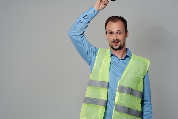 Mann im bauuniformschutz arbeitsberuf heller hintergrund