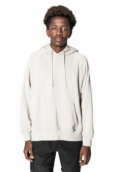 Mann im beigen hoodie winter jugendbekleidung shooting
