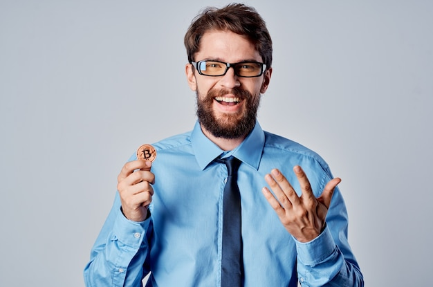Mann im blauen hemd mit krawatte kryptowährung bitcoin emotion finanzinvestitionen