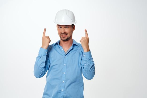 Mann im blauen hemd weißer bauhelmschutz berufsingenieur