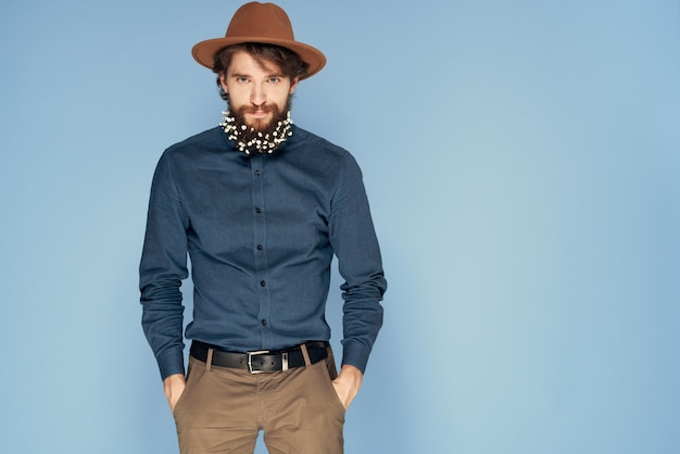 Mann im blumenhut im blauen hintergrund des bartemotions-ökologiestils