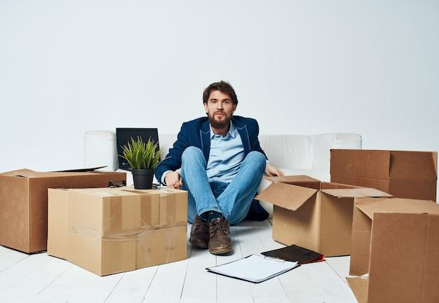 Mann im büro, der dinge packt, die einen neuen job-profi bewegen
