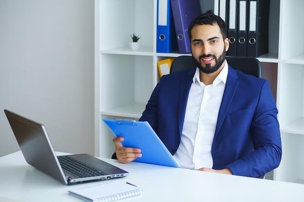 Mann im büro. portrait der männlichen arbeitskraft