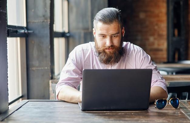 Mann im café vor dem computer