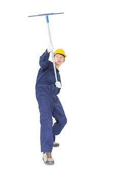 Mann im einheitlichen griffmop für das säubern des glasfensters mit beschneidungspfad