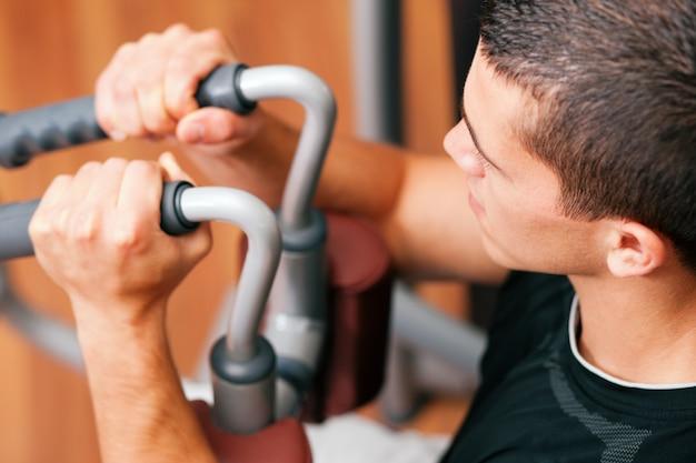 Mann im fitnessstudio trainieren