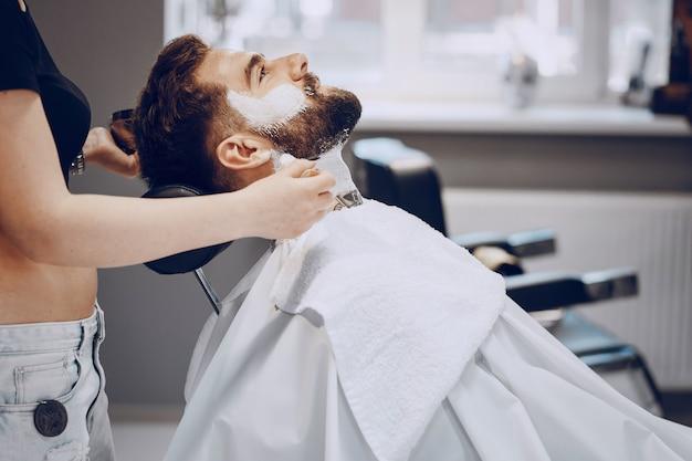 Mann im friseursalon