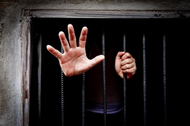 Mann im gefängnis - menschen, die blockiert sind, sind nicht frei, beide gedanken und körper