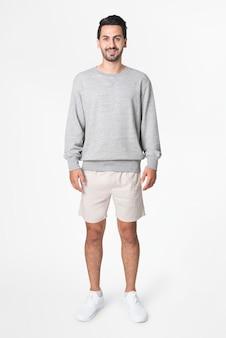 Mann im grauen basic-pullover mit design space freizeitbekleidung ganzkörper apparel