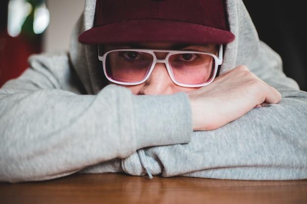 Mann im grauen pullover, der brillen trägt