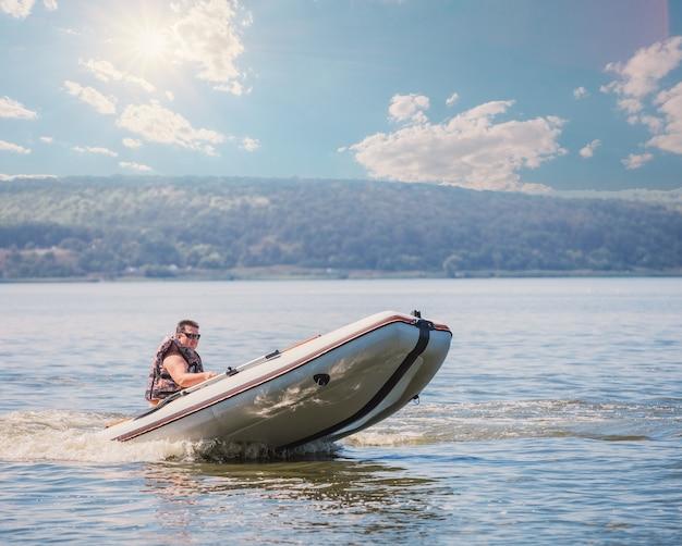 Mann im gummimotorboot. konzept von freiheit und bewegung
