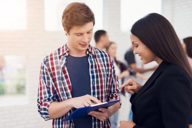 Mann im hemd einige informationen frau auf tablette erklärend