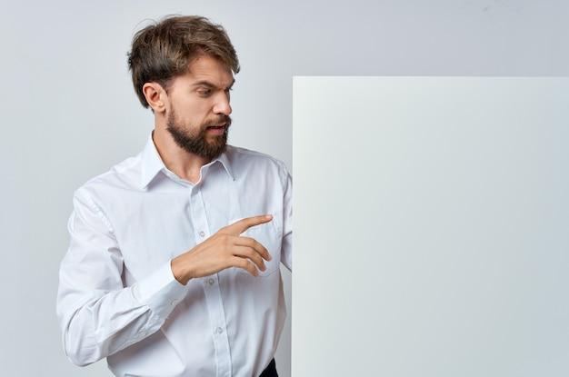 Mann im hemd emotionen weißer bannerwerbebeamter.