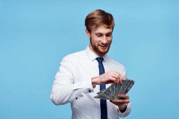 Mann im hemd mit krawatte finanzieren geld in händen reichtum