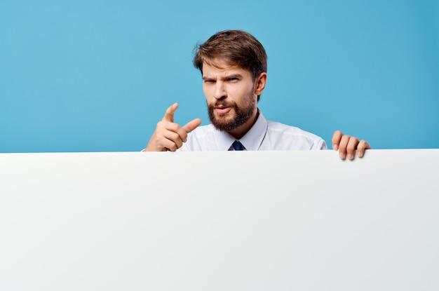 Mann im hemd mit krawatten-mocap-plakatpräsentationswerbung blauem hintergrund