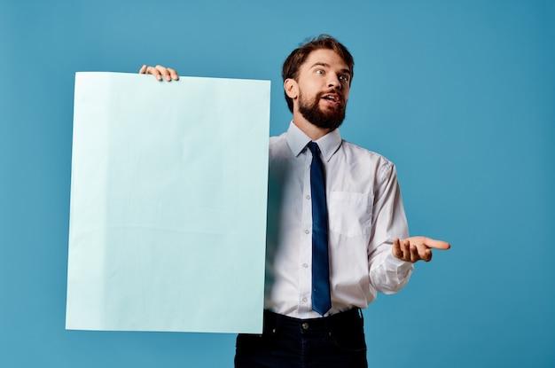 Mann im hemd mit krawattenfahnenkommunikationsmarketing blaue wand.
