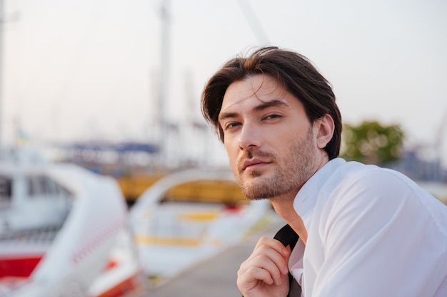 Mann im hemd. nahaufnahme porträt im hafen