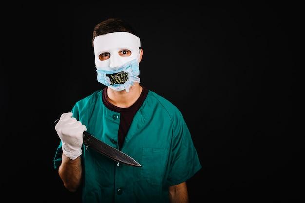 Mann im kreativen halloween-kostüm