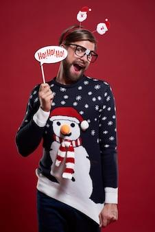 Mann im lustigen pullover und in der weihnachtsmaske