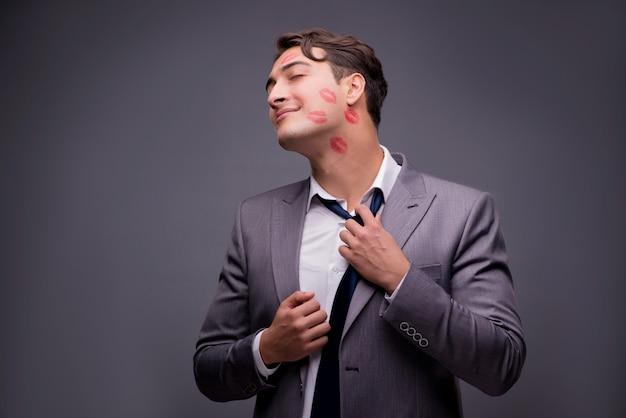 Mann im lustigen romantischen konzept